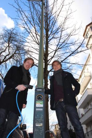 NATURSTROM-Pressesprecher Tim Loppe und Marcel Maintz, Business Development Ebee vor der Strassenlaternen-Ladestation