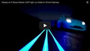 Fluoreszierender Nissan LEAF auf dem Smart Highway in Holland