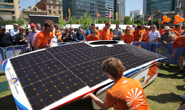 Nuon Solar Team mit dem Nuon8 Solarauto
