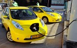 Nissan Elektrotaxis beim Aufladen