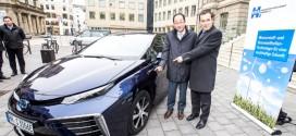 Erster Toyota Mirai für den deutschen Markt in Hamburg übergeben