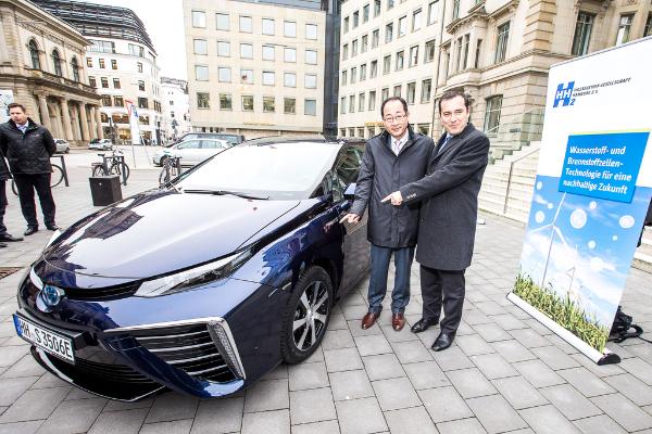 Übergabe des ersten Toyota Mirai in Hamburg