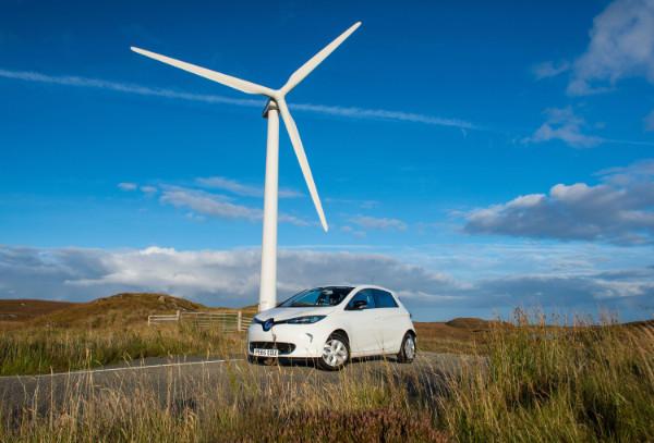 Renault ZOE vor einem Windrad