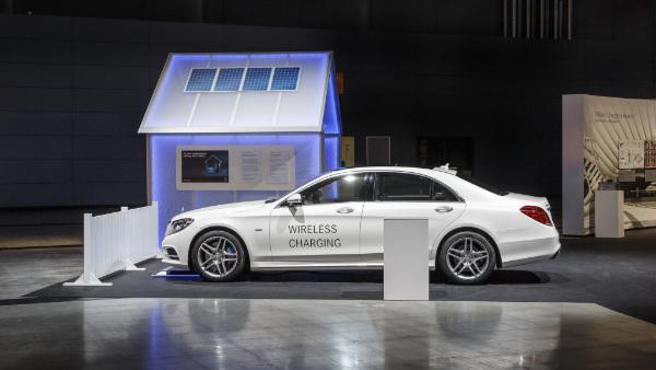 Mercedes-Benz S 500 e beim kabellosen Laden
