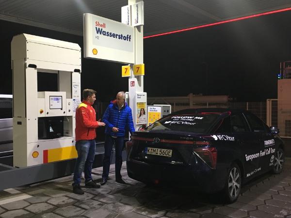 Toyota Mirai beim  Wasserstoff tanken
