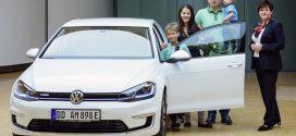 Erster VW e-Golf in der Gläsernen Manufaktur übergeben