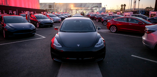 Übergabe der ersten Tesla Model 3