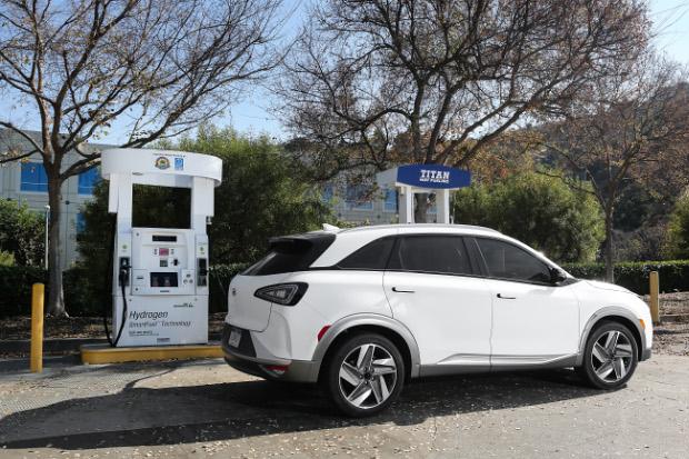 Hyundai Nexo beim Wasserstoff tanken