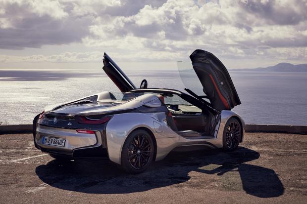 BMW i8 Roadster mit Flügeltüren