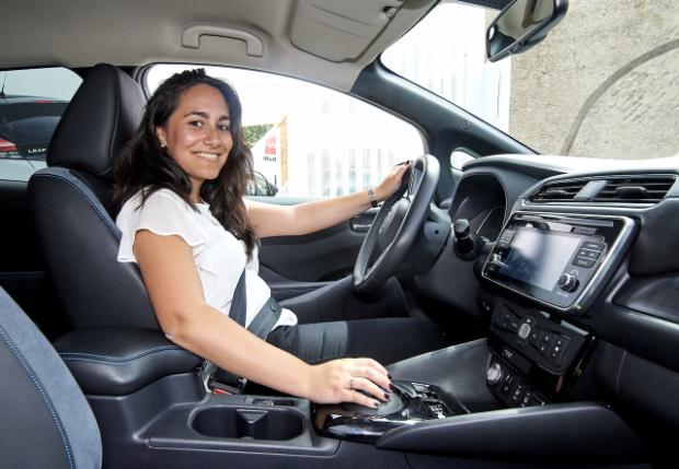 Susana de Mena in ihrem neuen Nissan Leaf