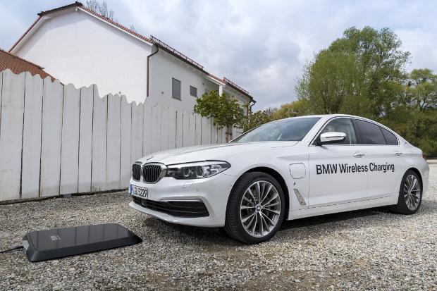 BMW 530e iPerformance mit Induktiver Ladetechnologie