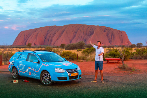 Wiebe Wakker mit Blue Bandit vor dem Uluru