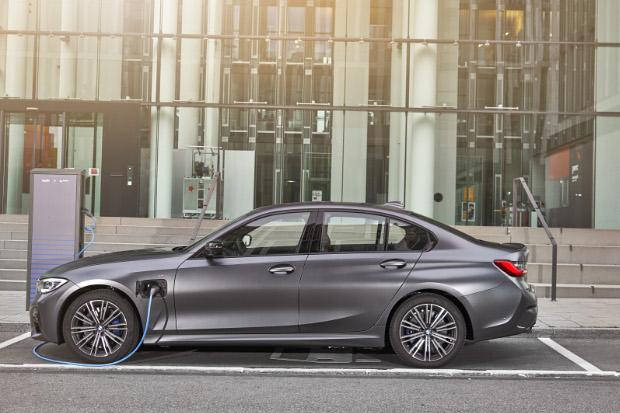 2019er BMW 330e Limousine beim Laden