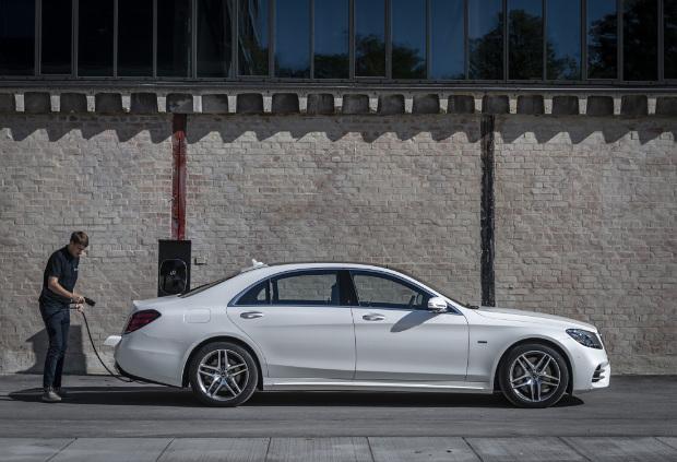Mercedes-Benz S 560 e lang beim Aufladen