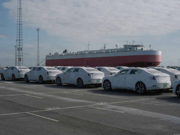 Erste Polestar 2 Elektroautos in Europa angekommen