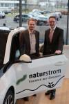 NATURSTROM Vorstand Oliver Hummel und Wolfgang Bauer, Leiter der BMW Niederlassung Düsseldorf