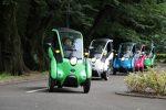 Toyota i-ROAD Elektrofahrzeuge auf einer Testfahrt